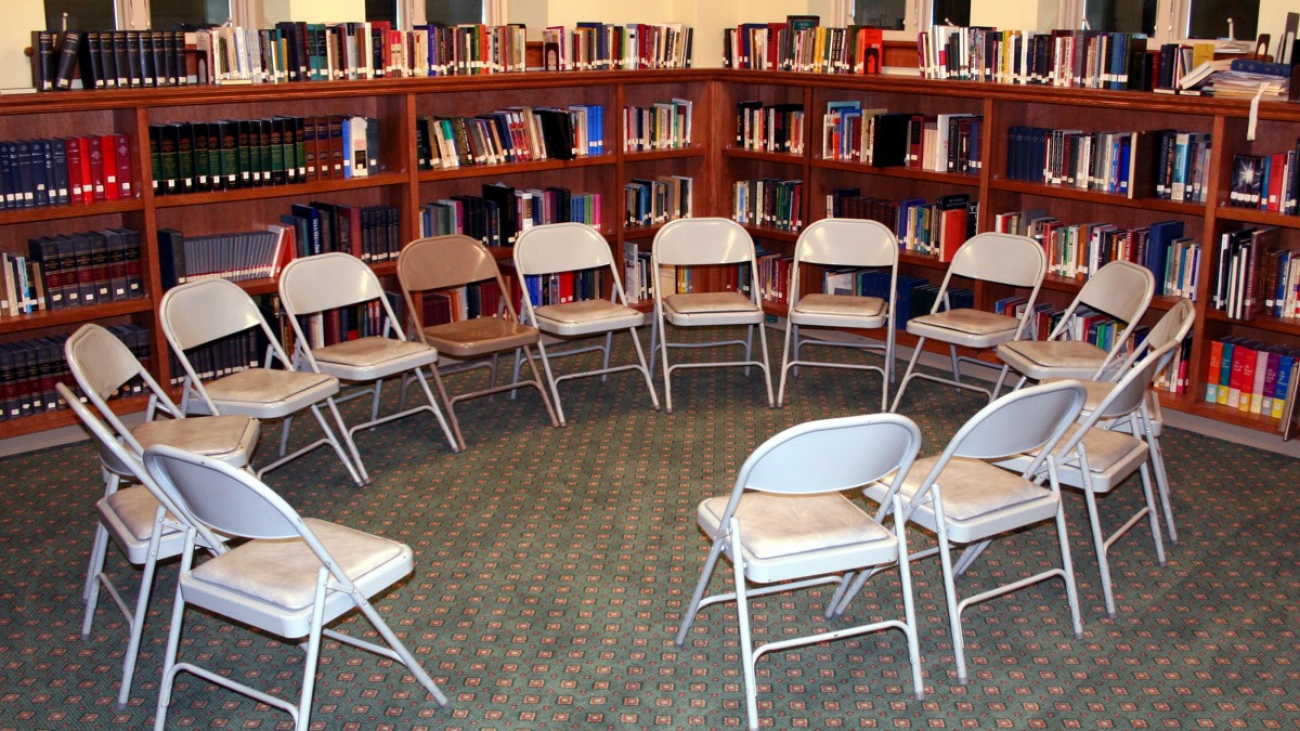 chairs_circle_library_discussion_education_learn_school_books-962255.jpg!d